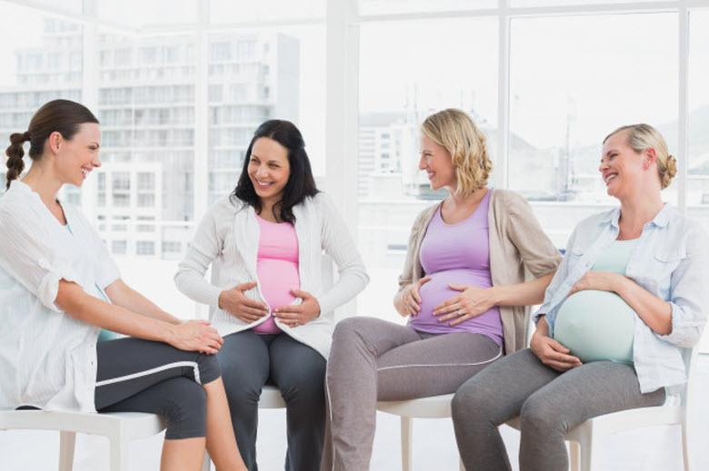 La doula - grupo de cuatro mujeres embarazadas sentadas en conversación