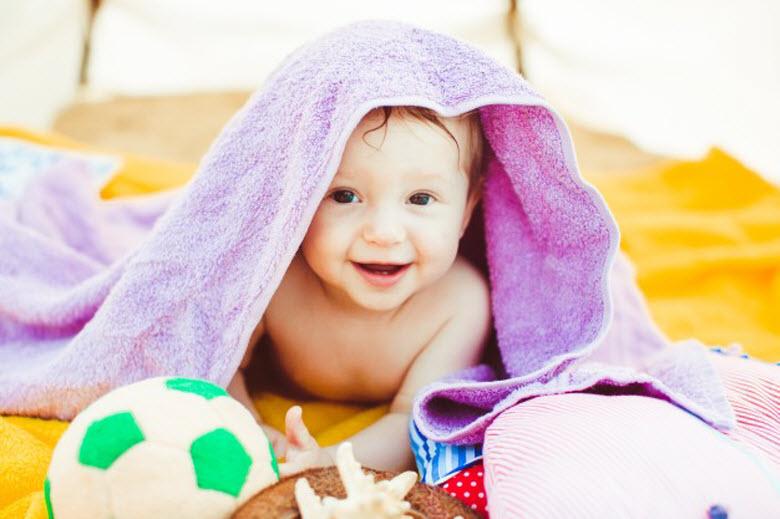 juguetes de memoria, niño pequeño debajo de toalla