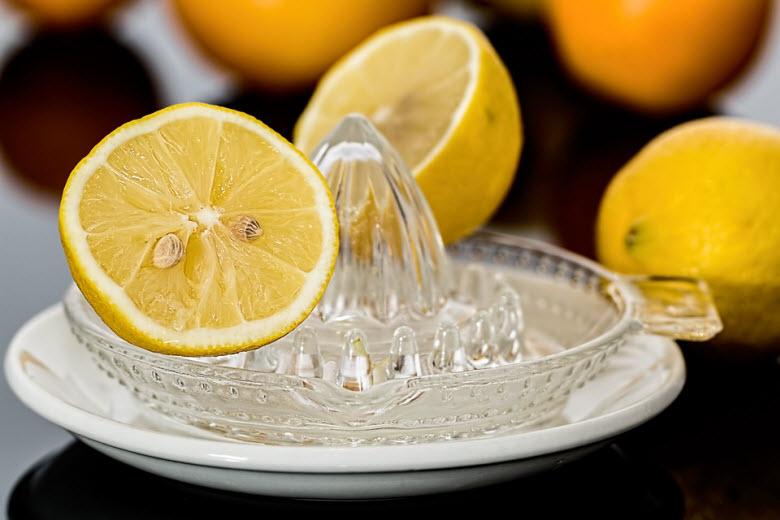 Exprimiendo limones para limpiar la casa