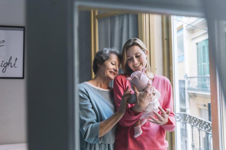 Los abuelos golondrina. Cómo afecta a los mayores el cambio de hogar en vacaciones