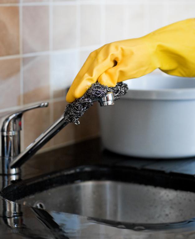 Curiosidades limpieza-limpiando el grifo con estropajo de acero