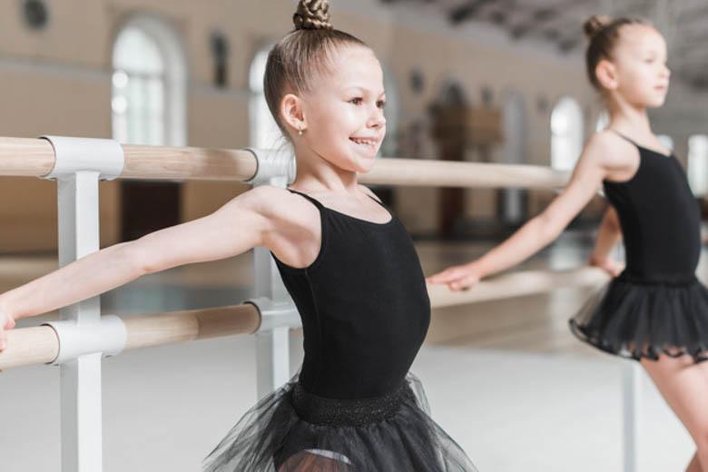 Actividad exraescolar-dos chicas en la barra de balet