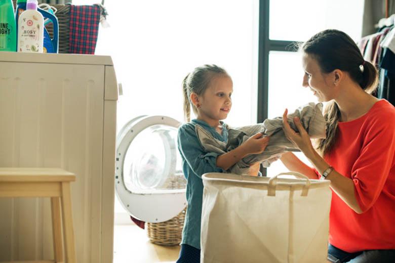 consejos para la colada-madre e hija con la cesta de la ropa
