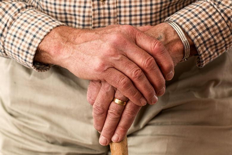 fotos de cerca de las manos de una persona mayor