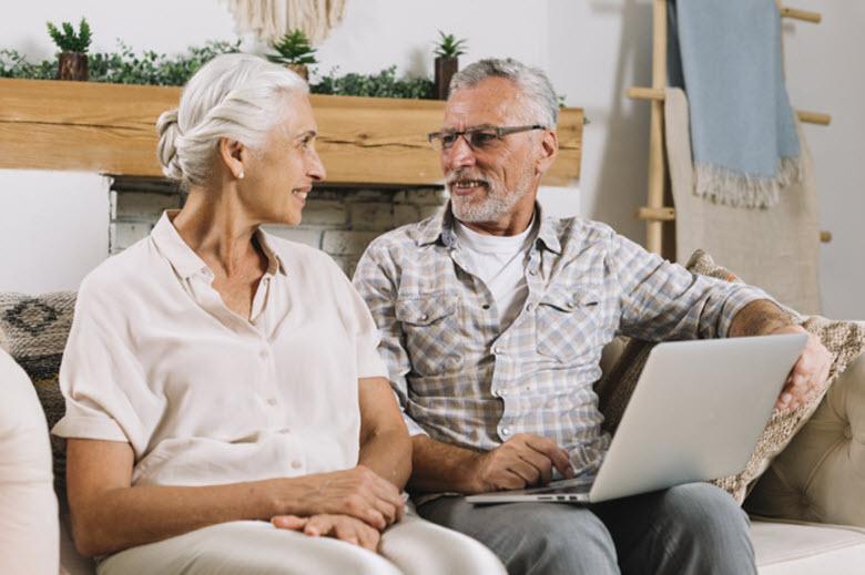 personas mayores en casa