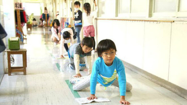 Cómo inculcar responsabilidad y valores a los alumnos limpiando las aulas