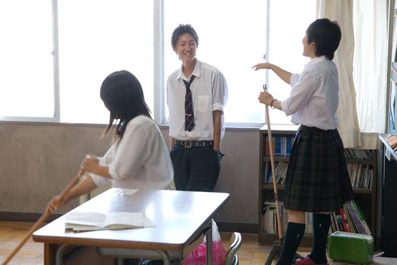 japoneses limpian - adolescentes limpiando clase