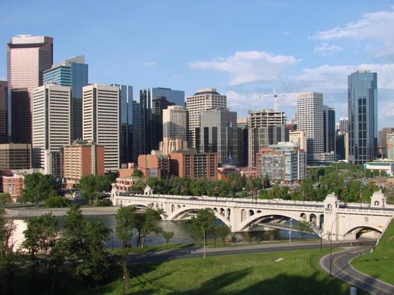 puente sobre el rIo delante de ciudad