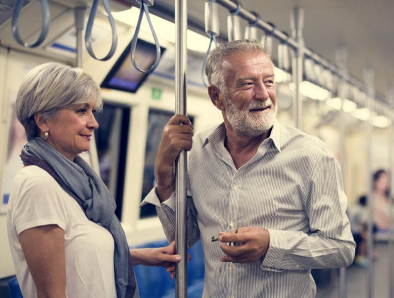 personas mayores viajando en el metro