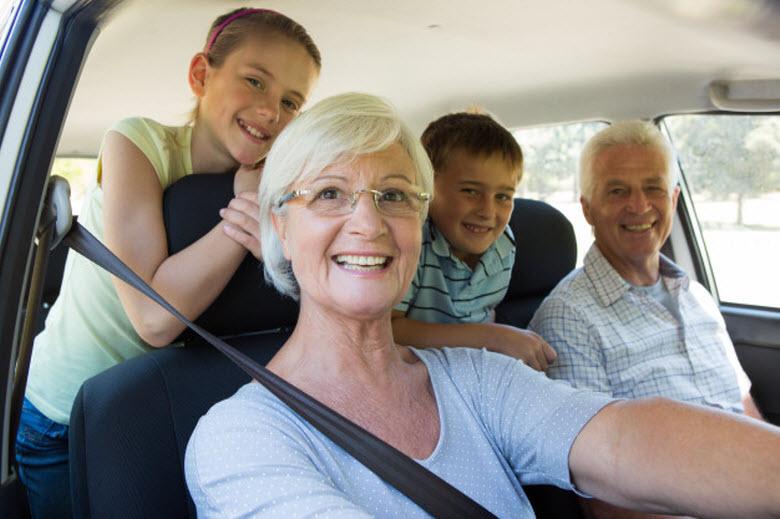 ¿Son peligrosas las personas mayores al volante?