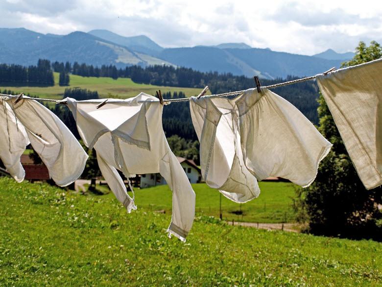 camisas blancas tendidos en el campo