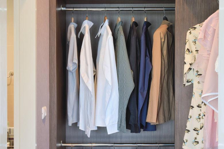 armario con camisas colgando de perchas