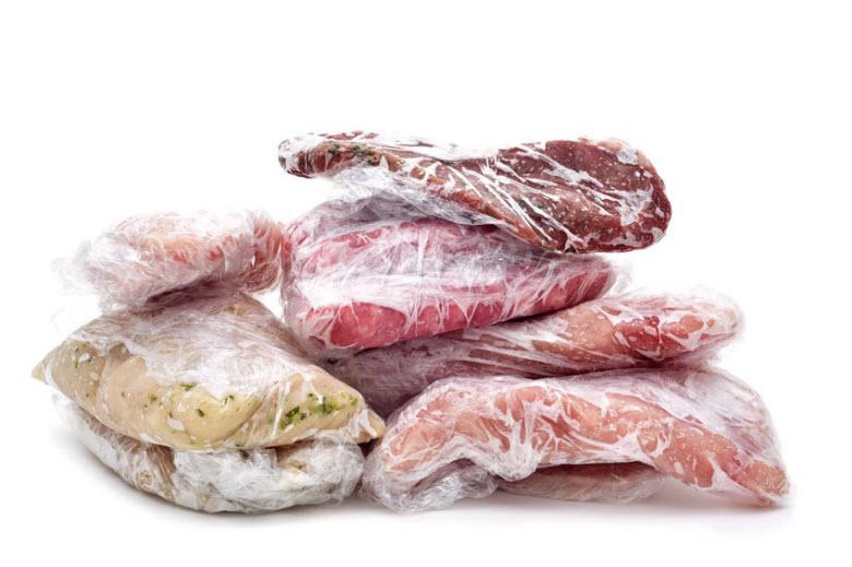 carne y pescado congelado en film de plástico